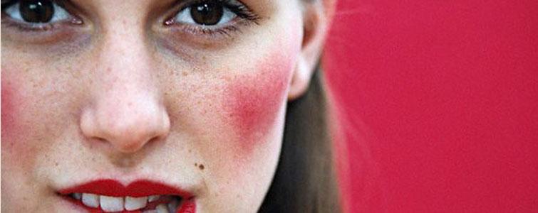Personnes porteuses de rougeurs sur le visage