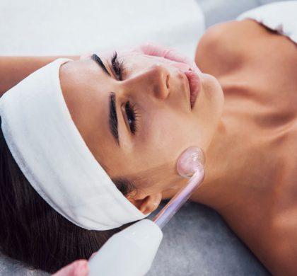 Soin du visage par microdermabrasion