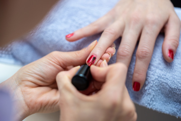 Manucure esthéticienne pour adolescente